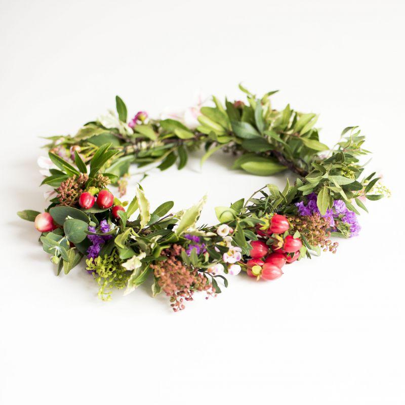 Coronita con flores silvestres