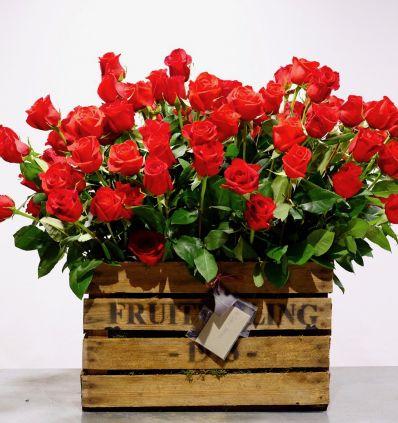 Cajón con Rosas Rojas